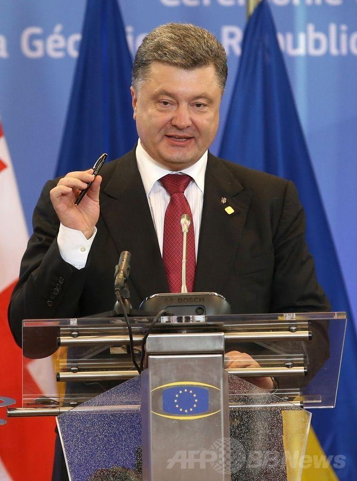 ベルギー・ブリュッセル(Brussels)にある欧州連合(EU)の本部で開催されたEUサミットで演説するウクライナのペトロ・ポロシェンコ(Petro Poroshenko)大統領(2014年6月27日撮影)。(c)AFP/POOL/OLIVIER HOSLET ▼28Jun2014AFP|ウクライナとEU、連合協定に調印 露は報復を警告 http://www.afpbb.com/articles/-/3019062 #Petro_Poroshenko