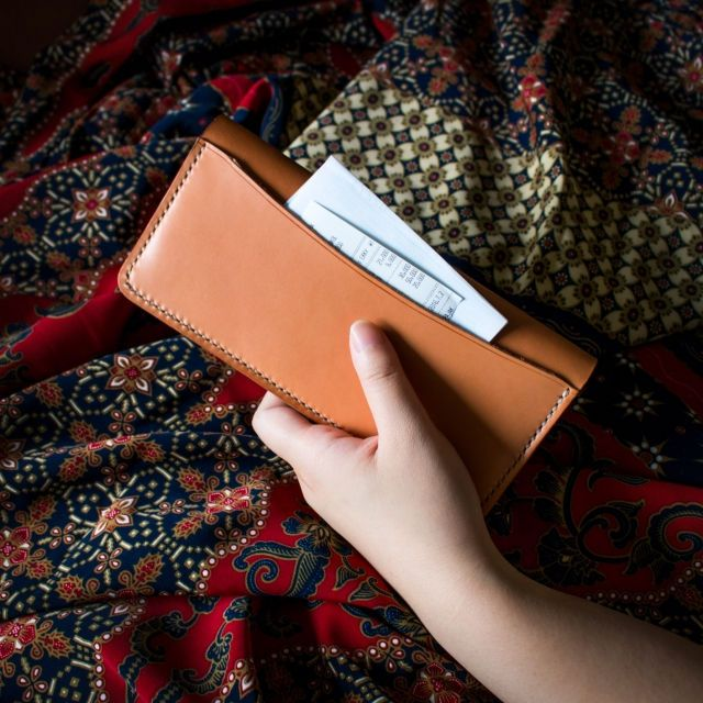 - Finest Leather from Kasin - Polished and brushed with horsehair - 12 Card Slots - 2 Spacious Money Slots - 1 Additional Slot at the back exterior of the wallet. (Very useful) - Handstitched with Italian Waxed Thread - Burnished with beeswax