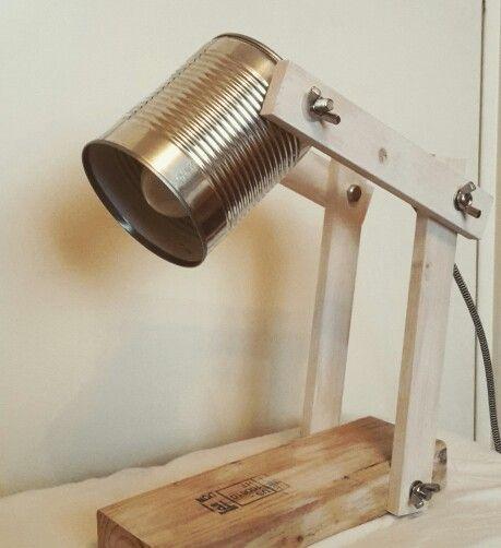 Lamp van blik en hout gemaakt
