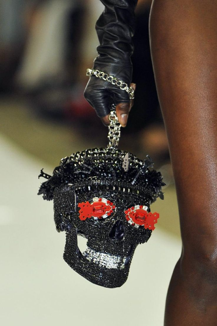 Fall 2013 Couture On Aura Tout Vu skull purse.