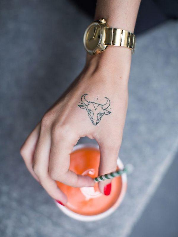 Beau tatouage tête de taureau sur la main