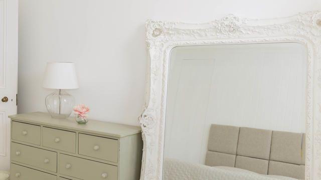 En apposant un grand miroir contre un mur, vous donnerez l'impression d'une plus grande superficie et d'une plus grande hauteur sous plafond.