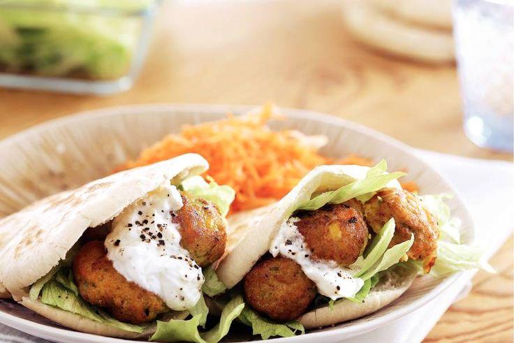 Shoarmabroodjes met groenteballetjes en wortel-sinaasappelsalade - Recept - Allerhande
