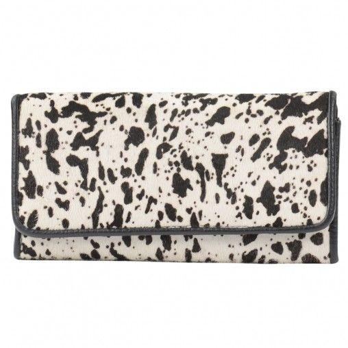 Ruime witte portemonnee van hairy leer met zwarte dalmatier opdruk. De portemonnee heeft een drukknoop sluiting. Binnenin zitten 2 vakken voor briefgeld, een aparte rits waar het kleingeld in kan en veel ruimte voor pasjes. Ook je foto's kun je kwijt in d