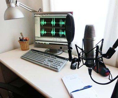 1-     Una buena Pc ¿Mac? ¿PC? deberías optar por lo que ya conoces. Con ambas se puede hacer muy buena música. La recomendación específica es que tengas tanta RAM como te puedas permitir.        2-     Cualquier DAW (digital audio workstation) Esto es el programa que usarás para grabar y editar (y en ocasiones para mezclar y masterizar) tu música.  Sonar, Audition. Pro Tools, Cubase, Live, Reason, y Studio One son todos buenos, así que simplemente escoge uno que sea compatible con tu…