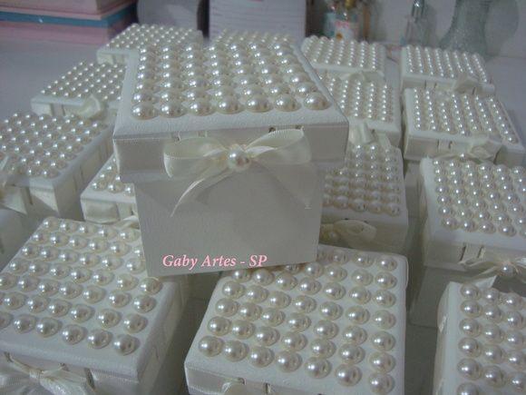 Linda caixa passa fitas com tampa cravejada com meia pérolas um mimo para lembrancinha de maternidade,casamento,batizado,madrinhas.. caixa toda em madeira minimo de 10 unidades R$ 18,00
