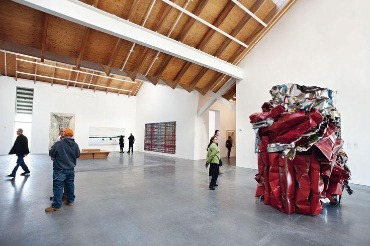 Il volume sotto il tetto risulta modellato da un'alternanza di pieni e vuoti, creando così una serie di punti focali: ingresso, gallerie, uffici