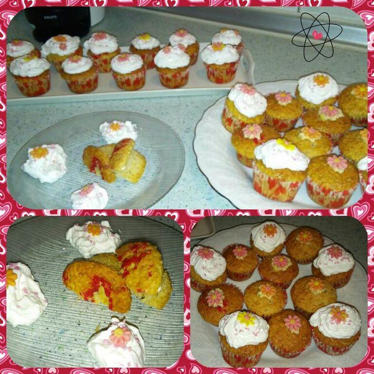 Epres-kókuszos szerelem-muffin tejszínhabbal fondantvirággal