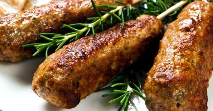 Aprenda como fazer uma receita de kafta no forno simples e fácil. Aposte em um molho de fácil preparo para acompanhar. O truque para a carne ficar temperada é amassar bem. O tempo de preparo é de apenas 1 hora. Veja também Receita de quibe assado e frito Como fazer coalhada se