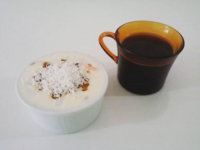 Kefir de leite com maracujá e coco + pretinho básico. 💪💛☕