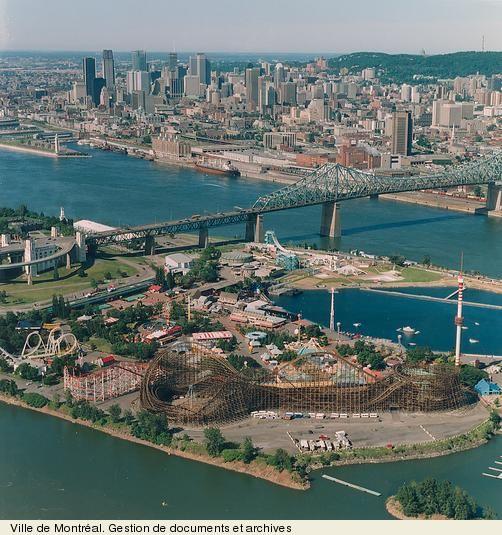 """Vue de la Ronde sur l'île Sainte-Hélène, du pont Jacques-Cartier et du centre-ville. - View of """"La Ronde"""" amusement park, of the Jacques Cartier Bridge, and of downtown Montreal."""