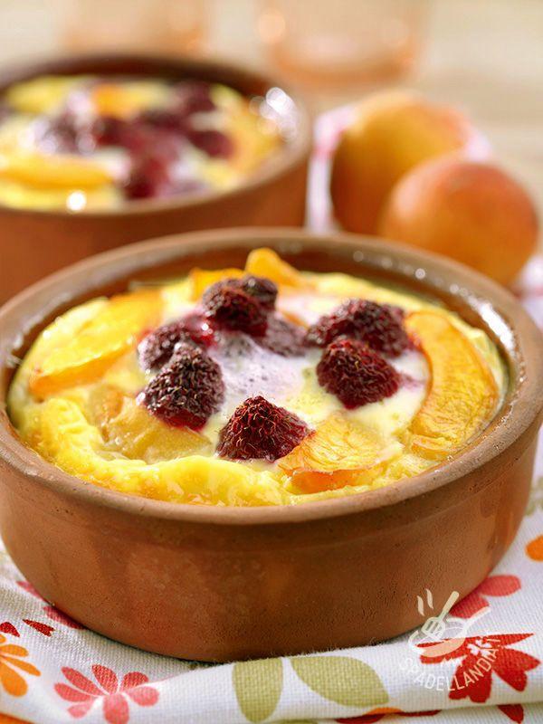 I Clafoutis di albicocche e lamponi sono una variante del noto dolce francese cotto in forno originario del Limosino, la cui pasta è simile alle crepes.