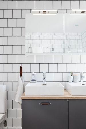 Badrumsmöbel i slät grå från serien Bright, kombination. Handtag i krom med mörkt läder och ovanpå liggande tvättställ. | Ballingslöv
