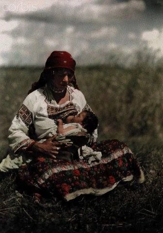 Une romanichelle allaite son bébé - Sanok, Pologne Photographe : Hans Hildenbrand, 7 octobre 1930  National Geographic Society/Corbis