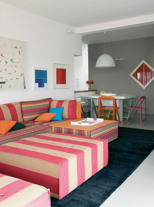 gostei da parede cinza e móveis coloridos