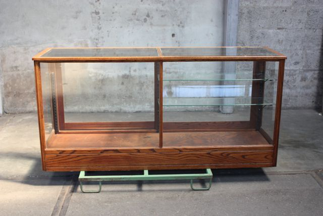 Antieke glazen display met glazen planken en schuifdeurtjes. H. Rauk & Sons  Showcases and Store furniture