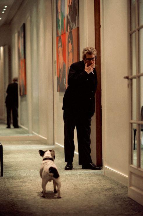 * Yves Saint Laurent et son chien Moujik III dans les couloirs de sa maison de couture avant sa dernière collection 2002 (photo Alexandra Boulat).