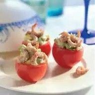 Gevulde tomaat met avocado en holladse garnalen   Tomaatjes met avocado en Hollandse garnalen  inGarnalen,Recept/  Type gerecht: Borrelhapje / Amuse Bereidingstijd:< 20 min. Verkrijgbaarheid: Goed Aantal personen: 2 personen  Bereiding Halveer 6 kleine, stevige tomaten, hol ze uit en laat ze omgekeerd uitlekken op keukenpapier. Schil 1 avocado en snijd het vruchtvlees in kleine blokjes. Schep de avocado met Hollandse garnalen en 1-2 eetlepels mayonaise door elkaar. Breng op smaak met…