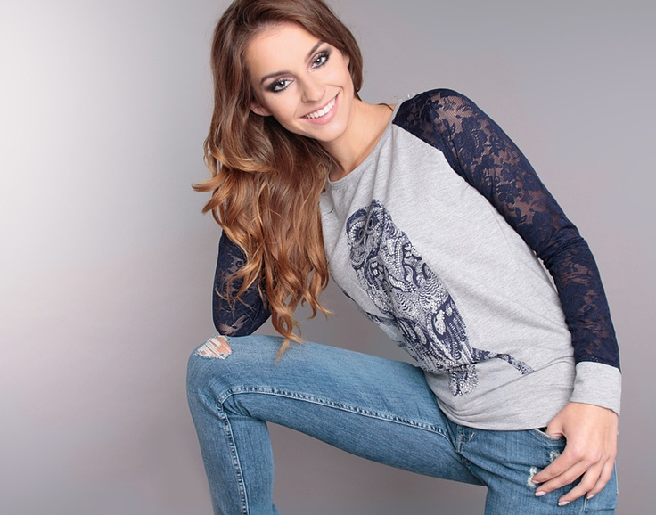 Wyjątkowa szara bluza z modną w tym sezonie aplikacją sową. Rękawy bluzy wykonane z pięknej granatowej koronki. Bluza świetnie pasuje do jeansowych rurek lub czarnych legginsów. Idealnie sprawdzi się podczas chłodniejszych dni.