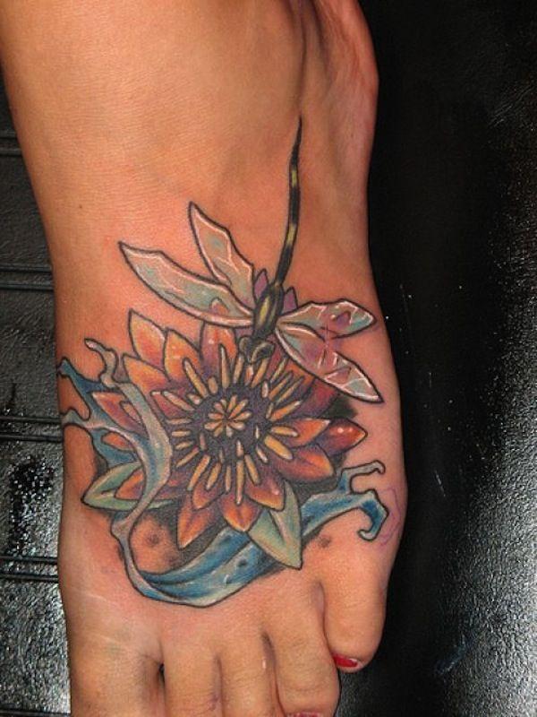 Tattoo fleur de lotus sur le pied avec une libellule