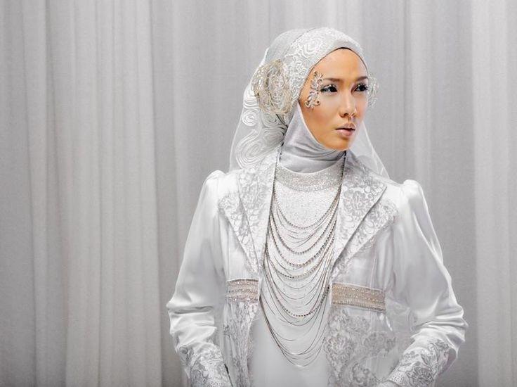 http://quanesha.com/inspirasi-jilbab-pengantin-with-modern-wedding-dress-by-irna-la-perle/