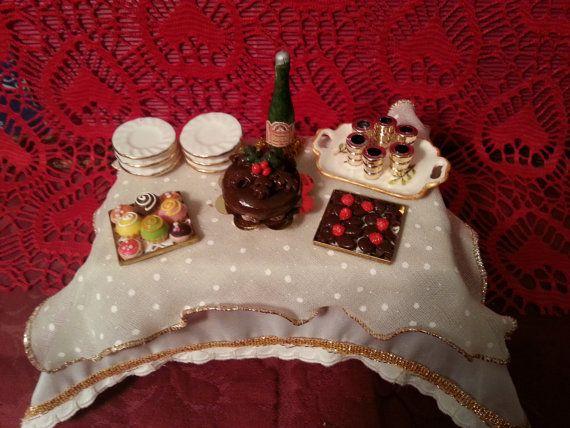 Table Christmas Cake dollhouse scale 1:12 by LaboratoriodiManu