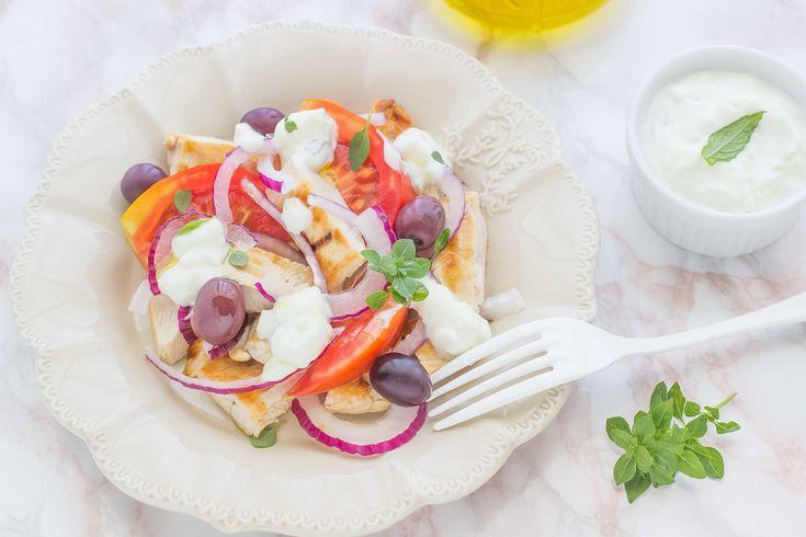 L'insalata di pollo alla greca con tzatziki è un secondo piatto gustoso: scopri la ricetta con petto di pollo, pomodoro, olive, cipolla e lo tzatziki.
