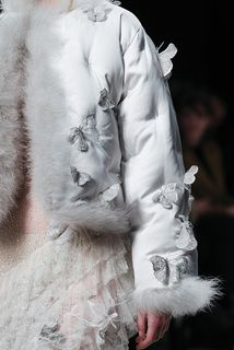 Alexander McQueen детали | Коллекции осень-зима 2016/2017 | Лондон | VOGUE