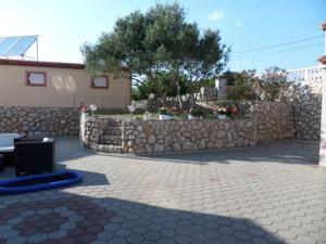 A Vila Anica szállása Barbat na Rabuban fekszik, 28 km-re Baškától. Novalja 20 km-re található. A helyszíni privát parkolás ingyenes.