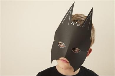 Pour un costume d'Halloween pas cher, mieux vaut opter pour un déguisement fait maison. Pourquoi pas ce déguisement de chauve-souris facile à fabriquer ?