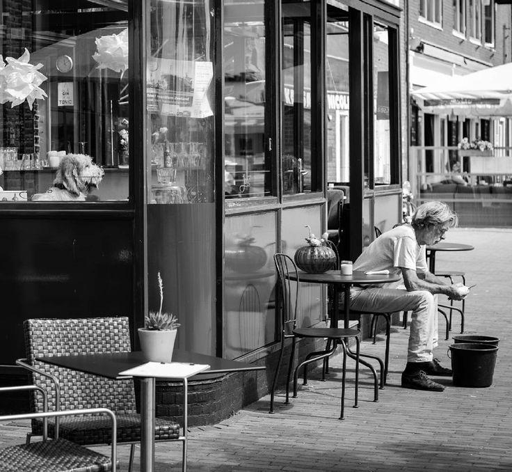 Der Chef kontrolliert ob die Kartoffeln auch richtig geschält werden   #Cooking #Dog #Holland #Vlissingen #bw #blackandwhite #blackandwhitephotography #street #streetphotography #nederlands #photography #vacation #urlaub #life #streetlife #thatlook