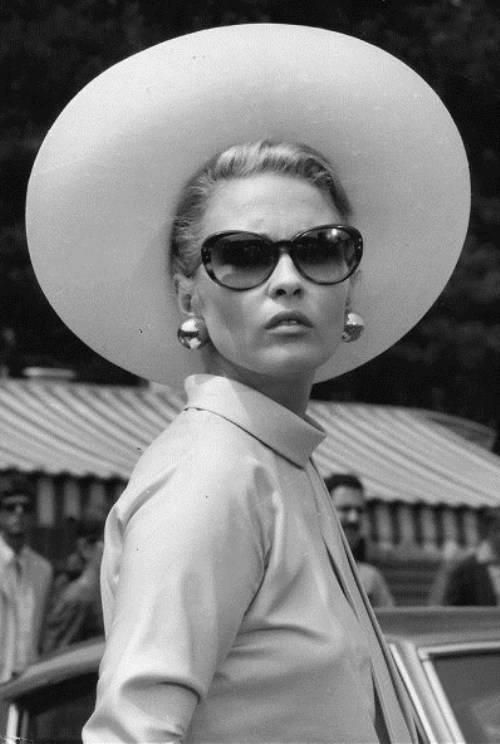 Faye Dunaway in The Thomas Crown Affair (Norman Jewison, 1967). Her clothes in the film were designed by Theadora Van Runkle. via fastenyourseatbelt