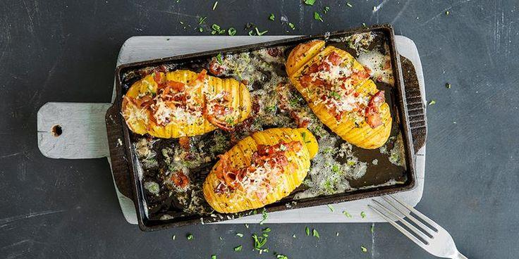 Prøv en ny vri på en herlig potet-klassiker til grillmaten! Hasselbackpoteter med bacon og ost er uimotståelig gode.