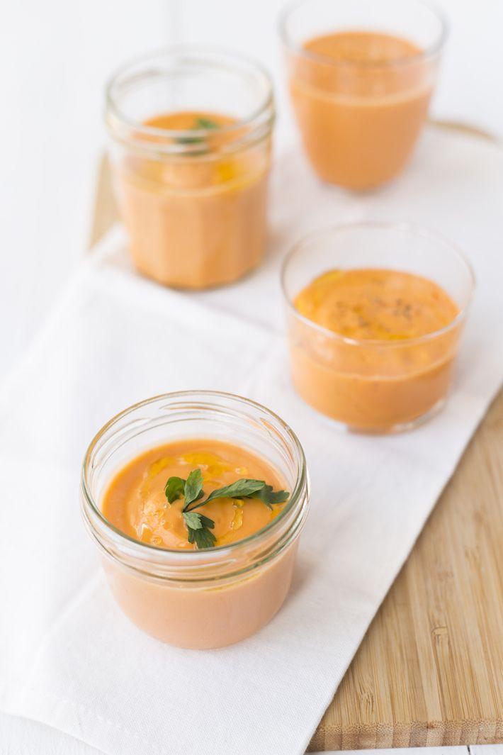 koude tomatensoep: gazpacho recept uitpaulineskeuken. gemaakt in september 2016. met als toevoeging oranje paprika en rode bieten. lekkere koude soep met intense smaken.