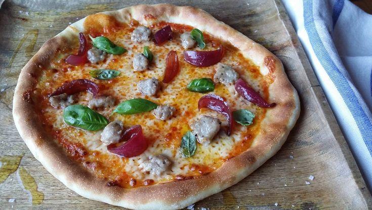 Pizza med salsiccia og syltet løk - Pizza med hjemmelaget tomatsaus, rå salsiccia og syltet løk. Oppskrift fra Lise Fibckenhagen.