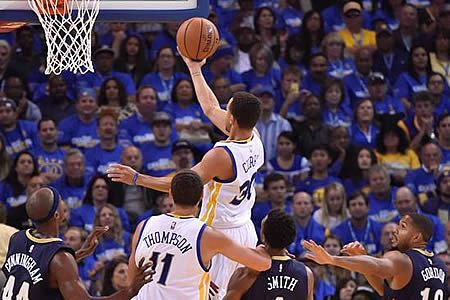 El base estrella de los Warriors de Golden State, Stephen Curry, y el pívot Andre Drummond, de los Pistons de Detroit, fueron nombrados hoy como los ganadores del premio de Jugadores de la Semana de las Conferencias Oeste y Este de la NBA, respectivamente. Nov 03, 2015.