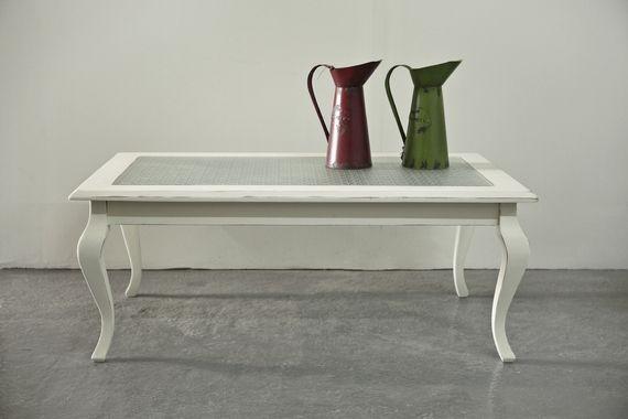 """שולחן סלון וינטאג' משופץ, עם זכוכית סבתא. גוון שמנת, מידות: אורך: 1.21 רוחב: 70 ס""""מ גובה: 47 ס""""מ"""