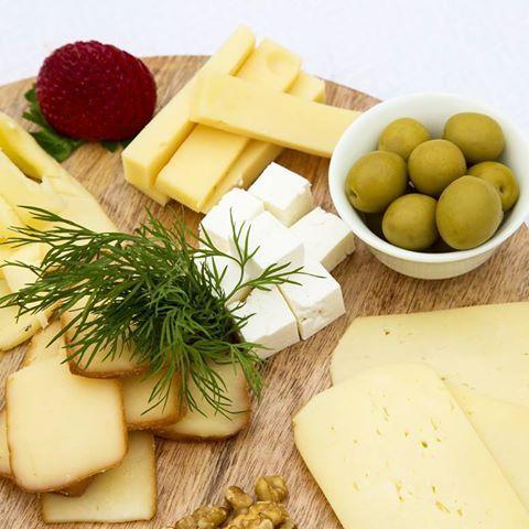 ¿Se nota que tenemos debilidad por el queso? En cuanto pruebes nuestra selección entenderás por qué.  .  .  .  .  .  .  #saboresysentidos #cheese #cheesy #queso #cheesin #semicurado #curado #denominaciondeorigen #quesodemallorca #comida #eat #aperitivo #yum #tasty #degustacion #food #degustar #mallorcaisland #productosmallorquines #bienvenidos #detalles #gourmet #chef #quesomallorquin #tentempie #wellcome #details #picoftheday #photooftheday #picture