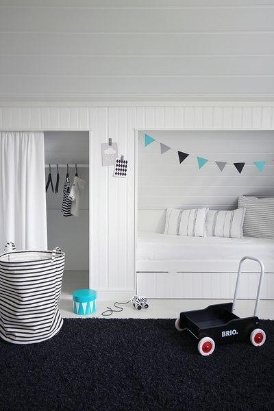 Lastenhuoneen sisustus on pääosin mustavalkoinen, mutta värikkäät esineet tuovat sopivaa kontrastia. Näitä väripilkkuja voi vaihdella helposti ja kokeilla erilaisia yhdistelmiä mielensä mukaan. Huoneessa majailee ihana pikkumies, joka reippaasti nukkuu jo omassa sängyssään.. Lipastossa säilyy pik...