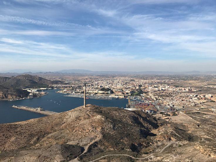 Esta foto muestra Cartagena vista desde el monte san Julián. Los niños pueden aprender las diferentes perspectivas en las que podemos observar una ciudad y también el contacto con la naturaleza en el monte.