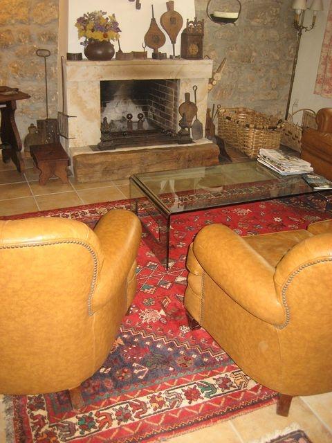 Ambiente rustico con alfombra persa ghasghai de colores for Ambiente rustico