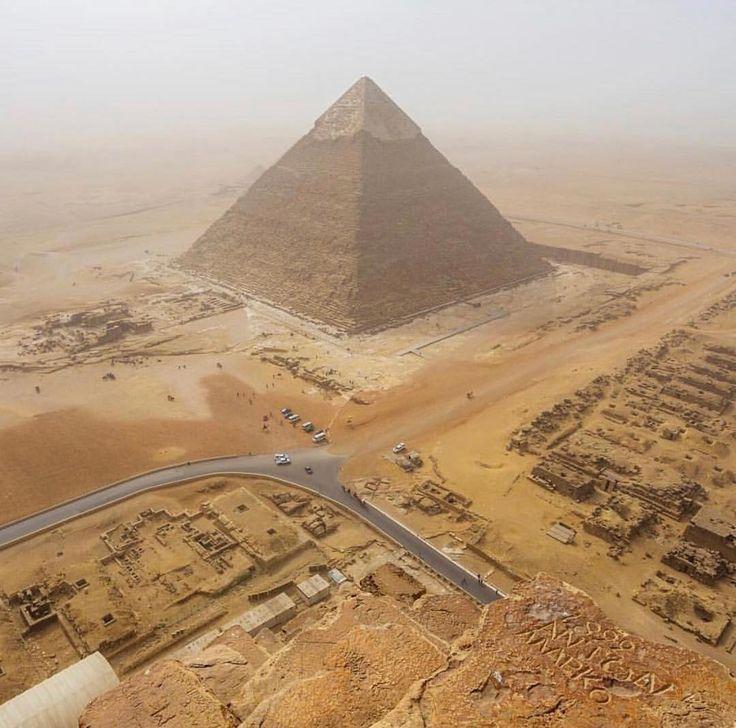 Olha que foto incrível do @andrejcie de uma das incríveis Pirâmides do Egito  As pirâmides egípcias mais famosas são aquelas encontradas na Necrópole de Gizé nos arredores da cidade do Cairo. Várias das pirâmides de Gizé estão entre as maiores estruturas já construídas. A pirâmide de Quéops é a maior pirâmide egípcia cuja altura original chegava a mais de 140 metros de altura. É a única das sete maravilhas do mundo antigo que ainda permanece. Compartilhe você também sua dica e foto com a…