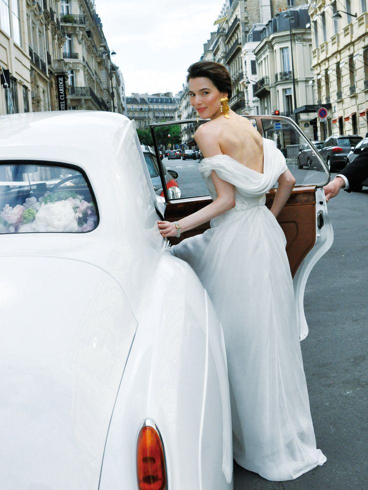 花嫁のドレスは、クリスチャン・ラクロワのヴィンテージ。イヤリングはデルポゾをコーディネイト。