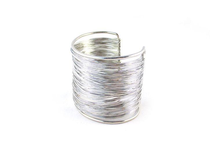 Szeroka, sztywna bransoletka wykonana z gęsto powlekanych drucików w kolorze złota lub srebra