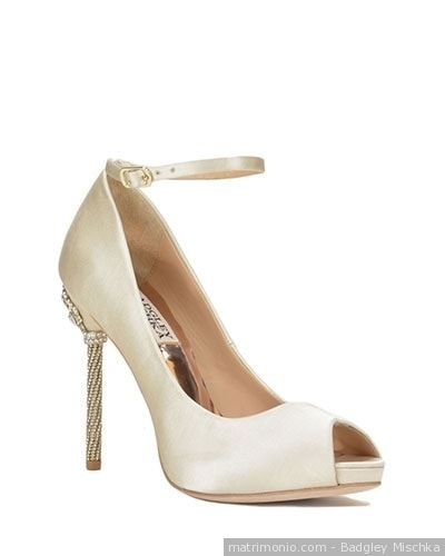 Scarpa da sposa in color champagne. Un modello open toe con braccialetto di Badgley Mischka