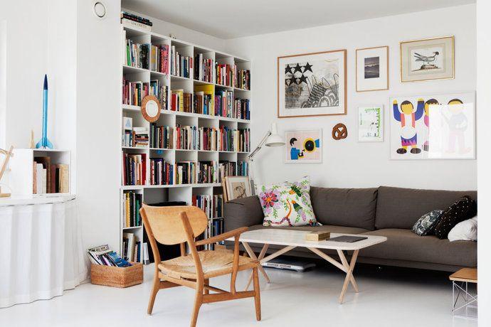 Brun soffa många böcker