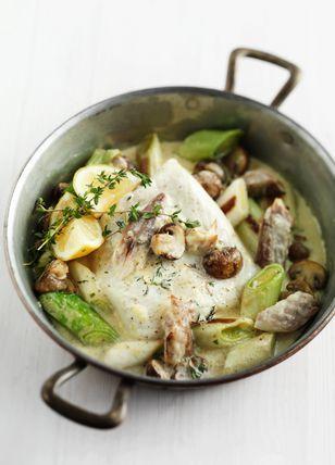 heilbot met gestoomde makreel Hoofdgerecht van vis en prei in champignon roomsaus. Serveer heet met wat citroen en lekkere aardappelpuree.