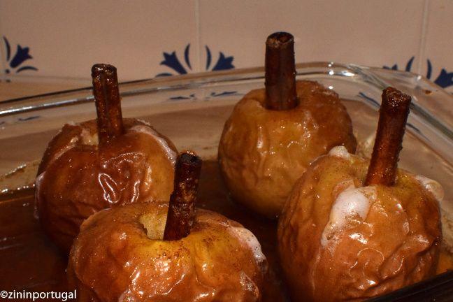 Maça assada: in de oven gegaarde appels met kaneel. Lees het op https://zininportugal.wordpress.com/2015/10/17/prima-nagerecht-maca-assada-in-de-oven-gebakken-appel/