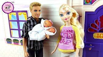 Barbie Doctora de bebés le pone escayola a Elsa | Elsa se cae y se rompe un…