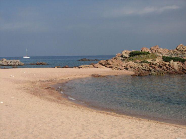 La spiaggia si presenta con una sabbia a grani grossi, di composizione granitica color rosa, tipica delle pietre della zona. Si evidenzia la presenza di scogli in acqua, sull'arenile oltre che intorno alla spiaggia. Circondata dalla macchia mediterranea vede davanti a se uno splendido mare di colore azzurro intenso. Situata in località Porto Bello di Gallura nel comune di Aglientu, partendo da Olbia si seguono i cartelli che portano alla SS125 in direzione Arzachena-Palau. Si supera…